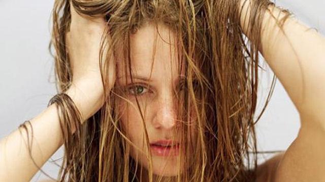 Почему грязные волосы выпадают сильнее