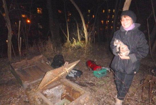 В Киеве котенок угодил в глубокий погреб, чтобы найти новую хозяйку