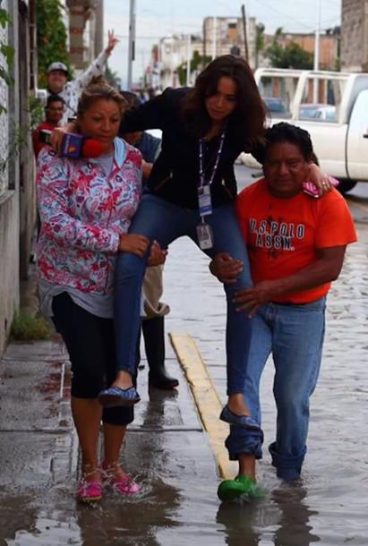 Журналистка, промочившая ноги, стала звездой интернета