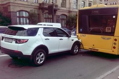 В Киеве водитель Land Rover Discovery врезался в автобус