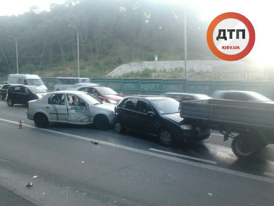 ДТП в Киеве. Столкнулись сразу 4 автомобиля