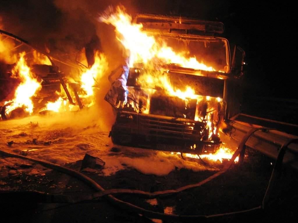В Одессе загорелся грузовик с 10 тоннами туалетной бумаги