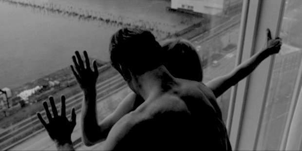 В порыве страсти любовная парочка выпала из окна