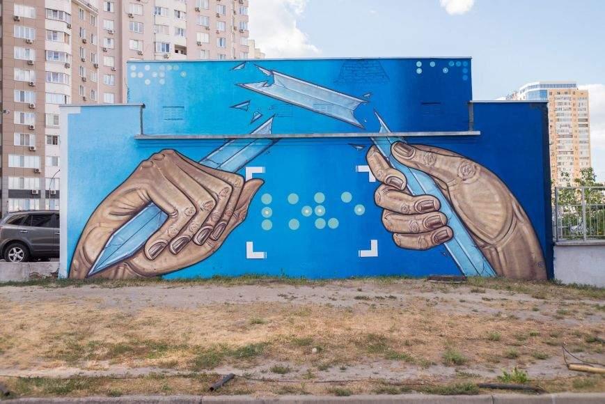 В Киеве появился мурал, посвященный проблеме насилия и жестокости