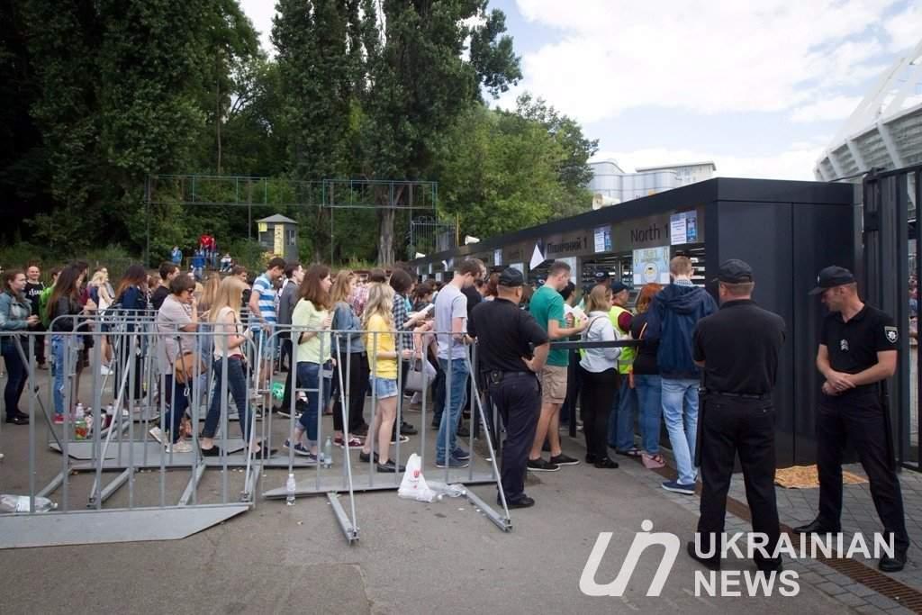 Фанаты рок-группы Muse с самого утра выстроились в очередь возле