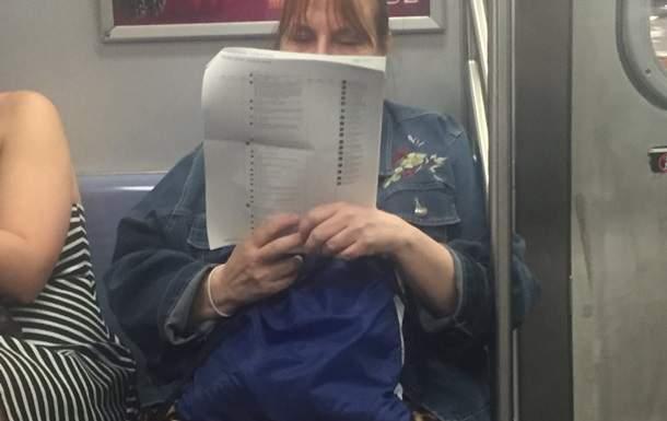 Американка распечатала 15-страничный пост из Facebook и читала его в метро