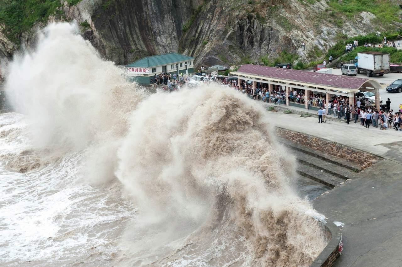 В Китае из-за тайфуна эвакуировали более 420 тыс. человек