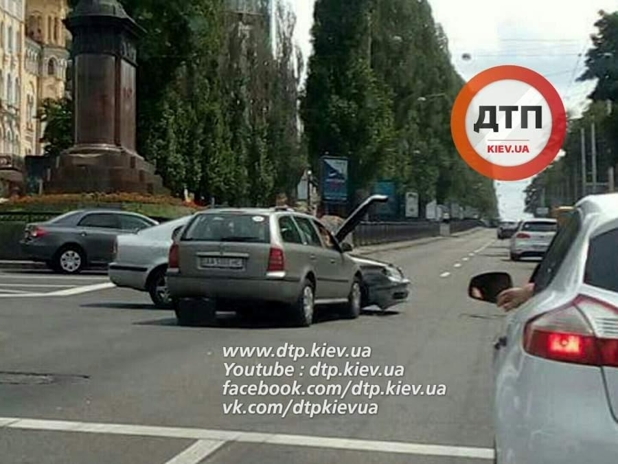 ДТП в Киеве. В результате столкновения двух авто, есть пострадавшие