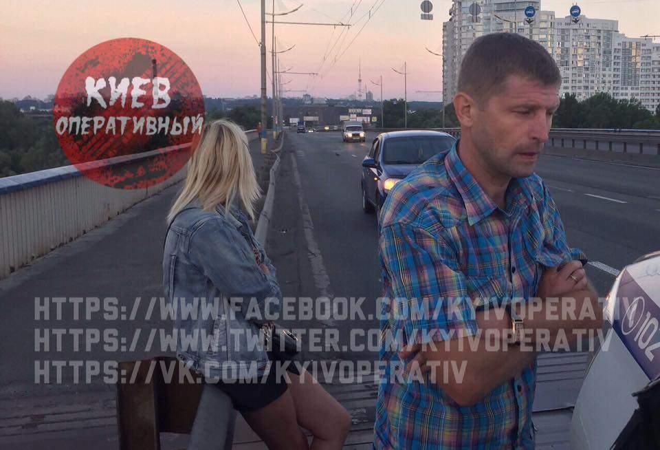 В Киеве пьяная парочка вступила в перепалку с патрульными, которые остановили их авто за нарушение ПДД