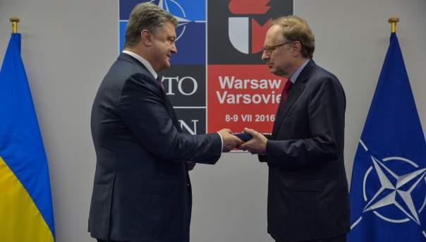 Порошенко на саммите в Варшаве охотнее раздавал награды, чем общался с прессой