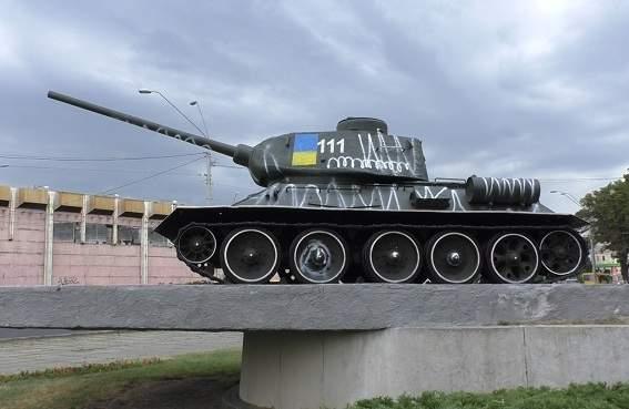 В столице нетрезвые супруги разрисовали памятник танкистам