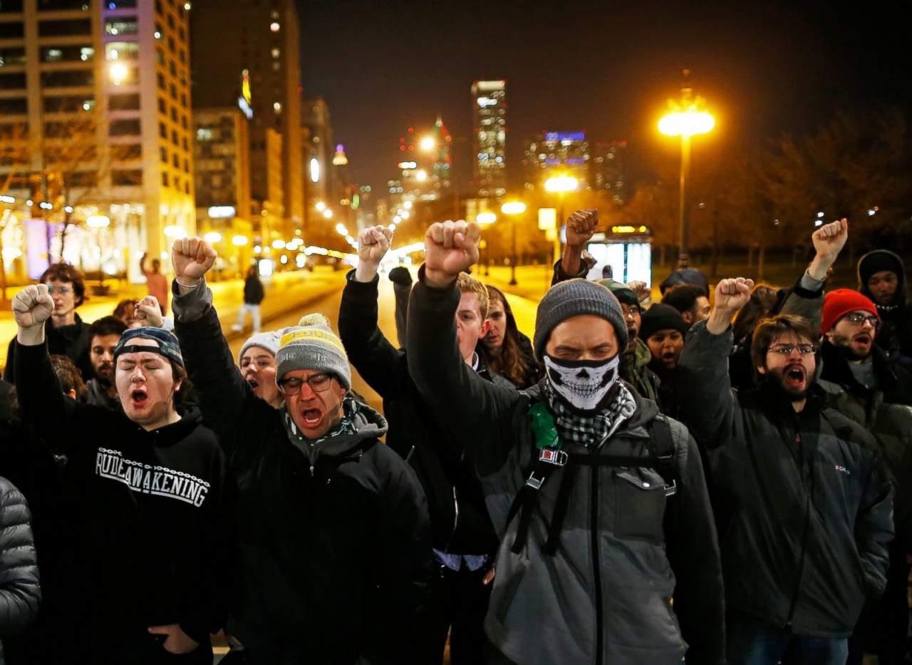 В Чикаго митингующие требуют наказать полицейских