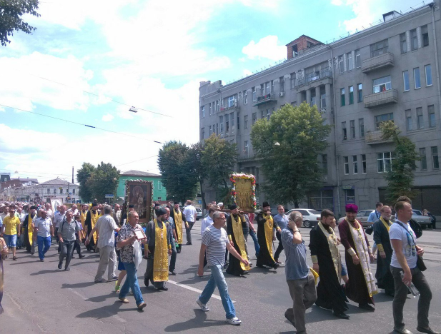 В Харькове проходит крестный ход за мир, участники которого затем направятся в Киев