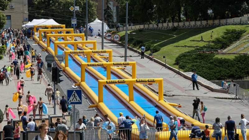 В центре Харькова установили водную горку