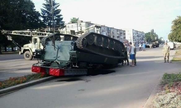 В Сумской области посреди улицы перевернулся зенитно-ракетный комплекс