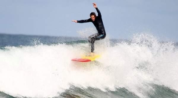 Серфер с ампутированной ногой покоряет волны и горные вершины
