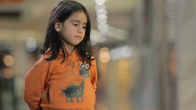 1,5 млн просмотров собрал видео-эксперимент о реакции прохожих на бездомную девочку
