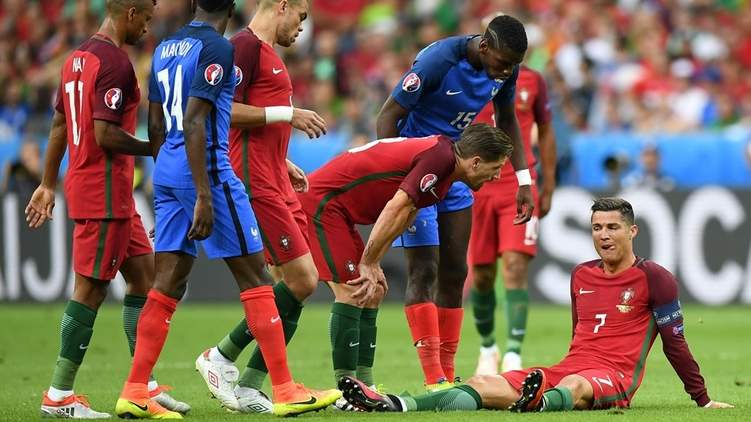 Роналду был заменен на 25-й минуте финального матча чемпионата из-за травмы