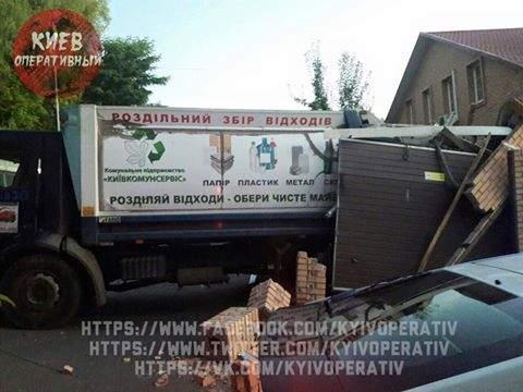 В столице мусоровоз протаранил гараж с джипом