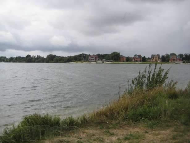 В Киеве водолазы достали из озера тело мужчины