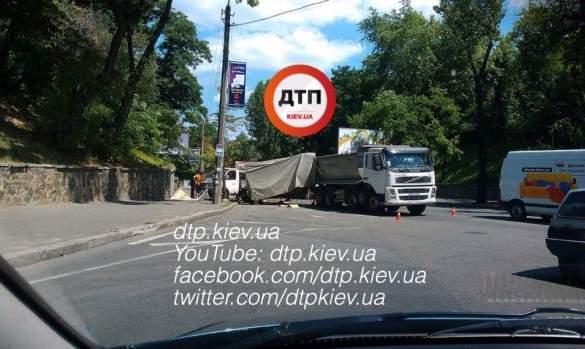 В Киеве грузовик Вольво въехал в Газель