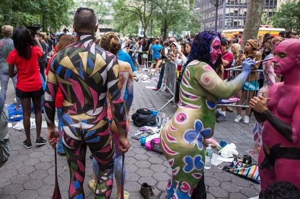 В Нью-Йорке обнажились более сотни людей