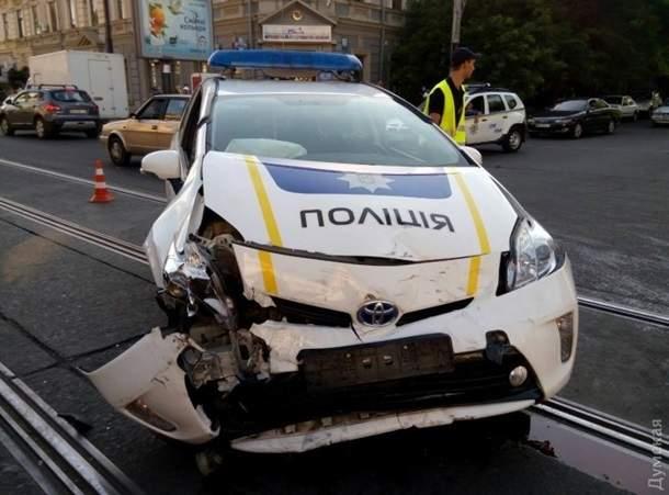 В Одессе произошло тройное ДТП с участием патрульного авто