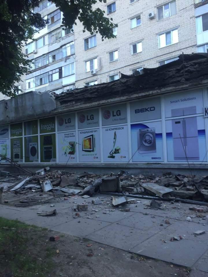 В Херсоне на женщину упала часть крыши
