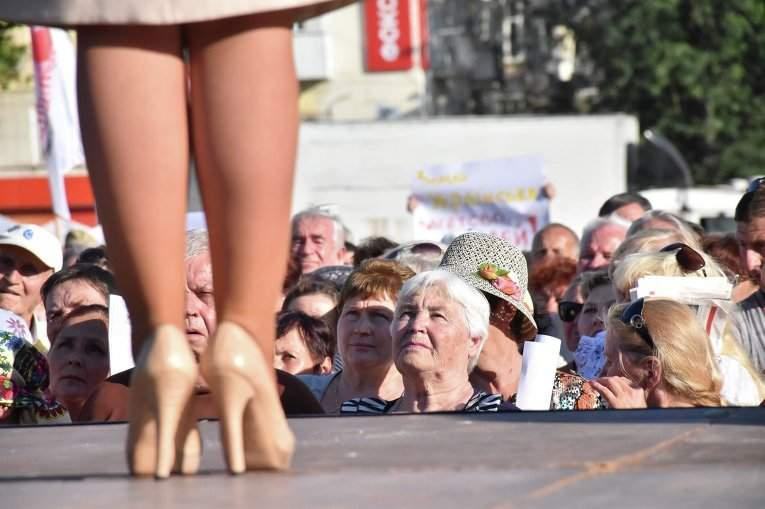 Тимошенко взорвала соц. сети своим выступлением перед пенсионерами в туфлях от Gucci