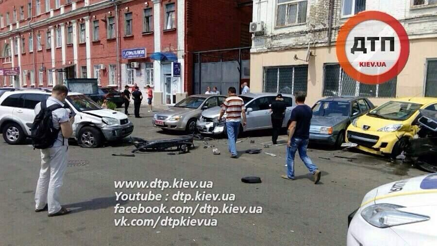Масштабное ДТП в Киеве. Водитель протаранил сразу 6 автомобилей