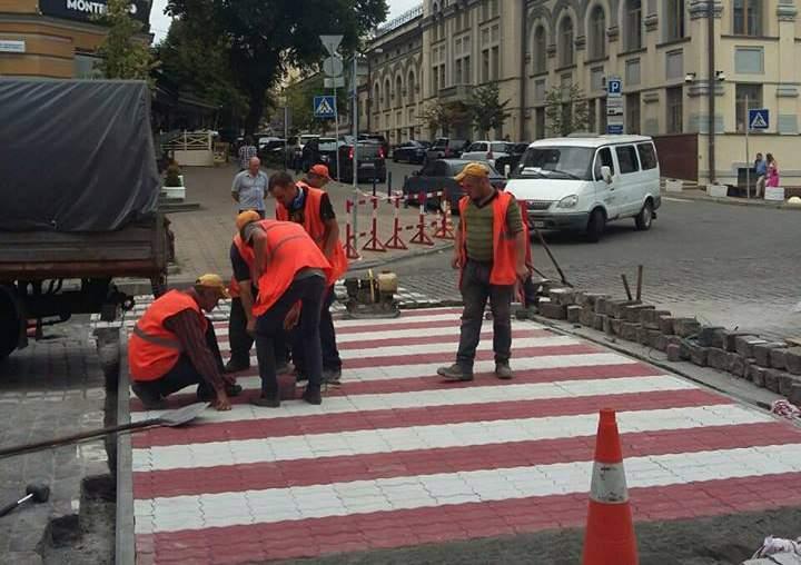 Возле посольства Германии в Киеве пешеходный переход выложили цветной брусчаткой