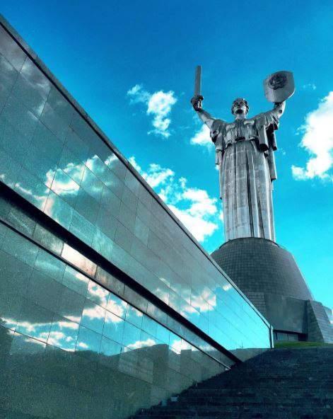 """Советские символы со статуи """"Родина-мать"""" снимать не будут"""