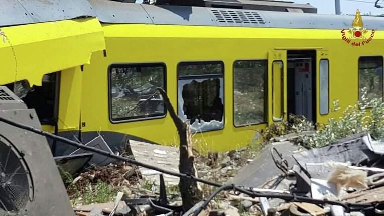Обнародованы фотографии с места столкновения двух поездов в Италии