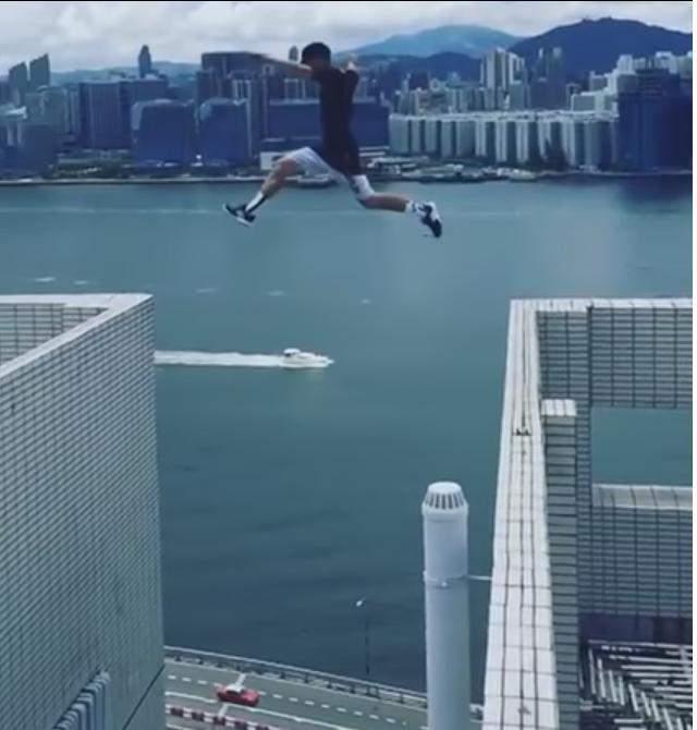 Британский экстримал совершил прыжок без страховки между небоскрёбами в Гонконге