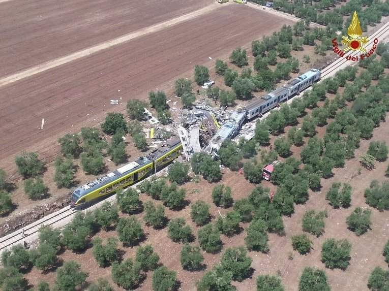 Количество жертв в результате столкновения двух поездов в Италии возросло до 18 человек