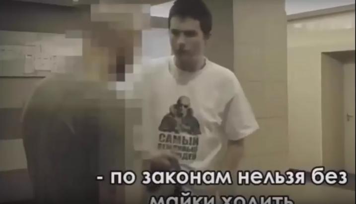 В Минске россиянина заставили снять майку с Путиным