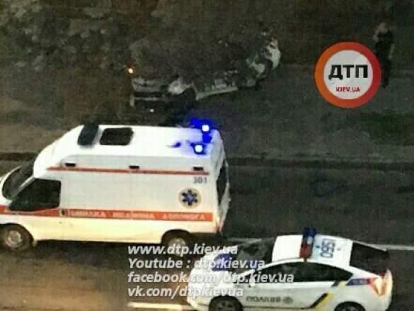ДТП в Киеве. Водитель-полицейский вылетел с проезжей части и въехал в дерево
