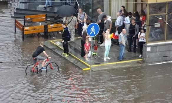 В результате сильного ливня улицы Минска остаются затопленными