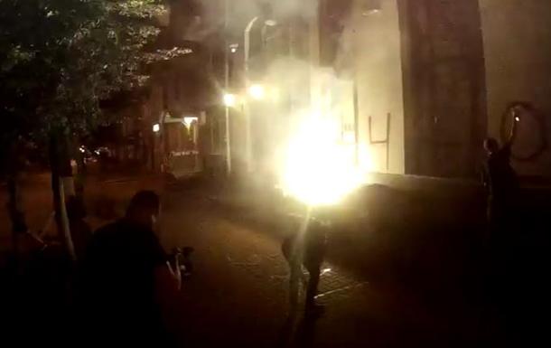 Неизвестные забросали файерами здание Россотрудничества в Киеве