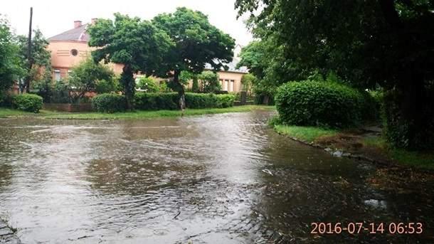 Из-за сильных ливней в Ужгороде затопило улицы