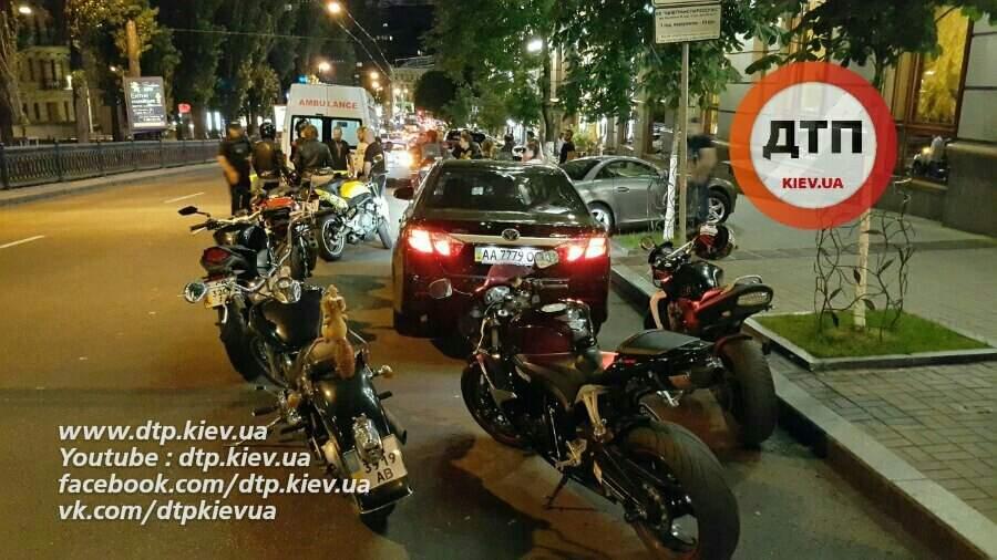 В Киеве мотоциклист въехал в авто и сбежал с места ДТП