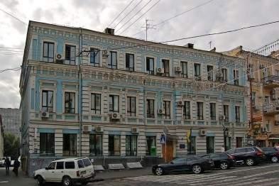 Из-за деревьев в столице разрушается историческое здание