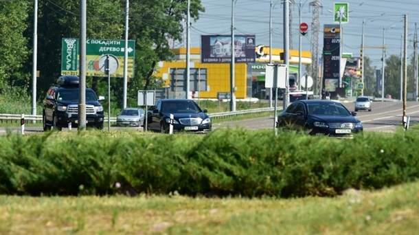 Кортежу Яценюка даже после отставки все еще отключают светофоры