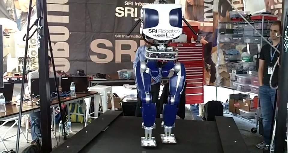 Робот научился ходить, как человек