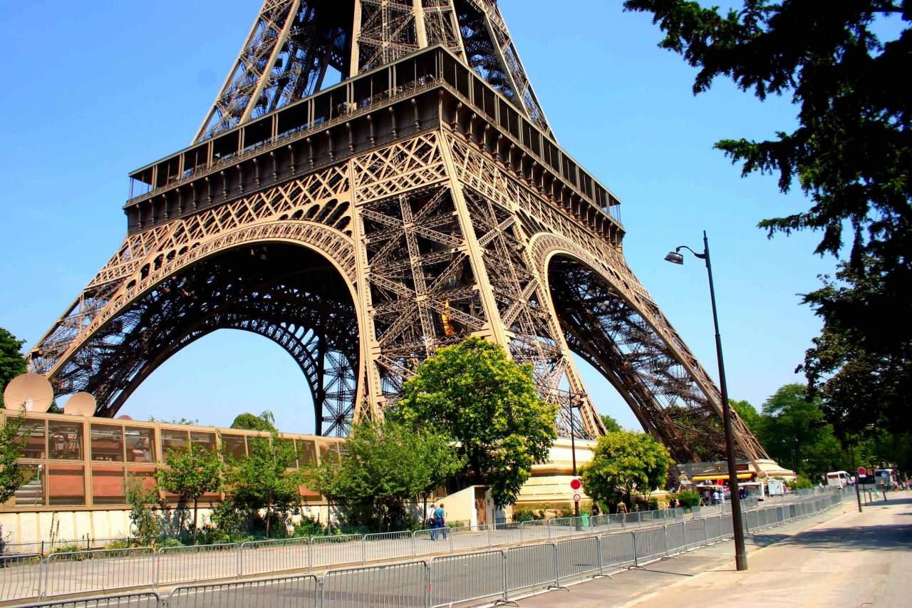 В Париже возле Эйфелевой башни произошел пожар