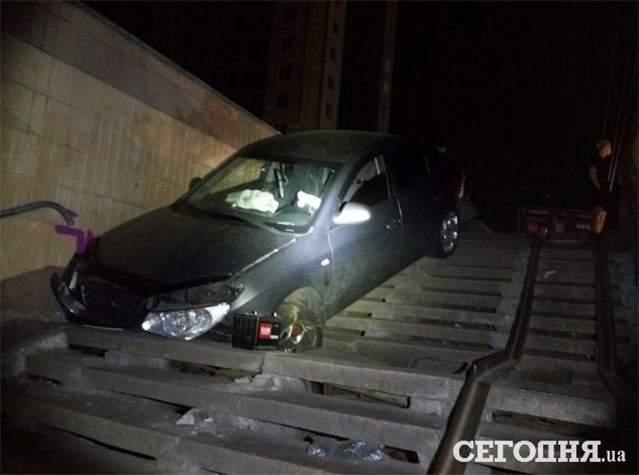 В Киеве пьяный водитель влетел в подземный переход