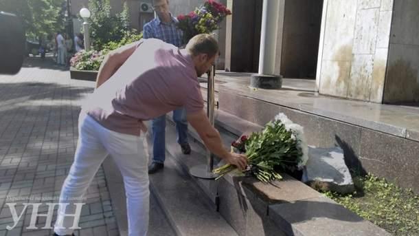Украинцы несут цветы к зданию посольства Франции