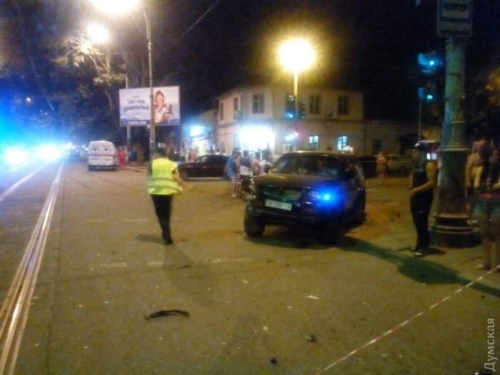 В Одессе внедорожник на остановке сбил женщину