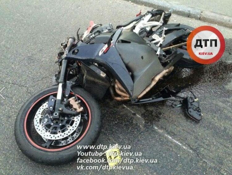 В Киеве погибли двое мотоциклистов, которые на полной скорости врезались в грузовик