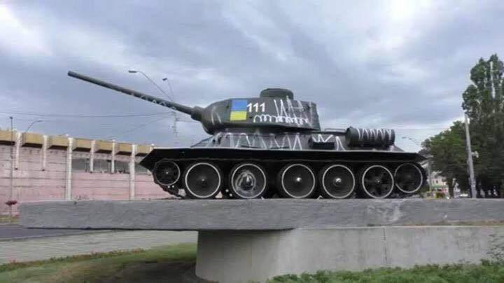 Столичные активисты обновили покраску танка возле станции метро Шулявская
